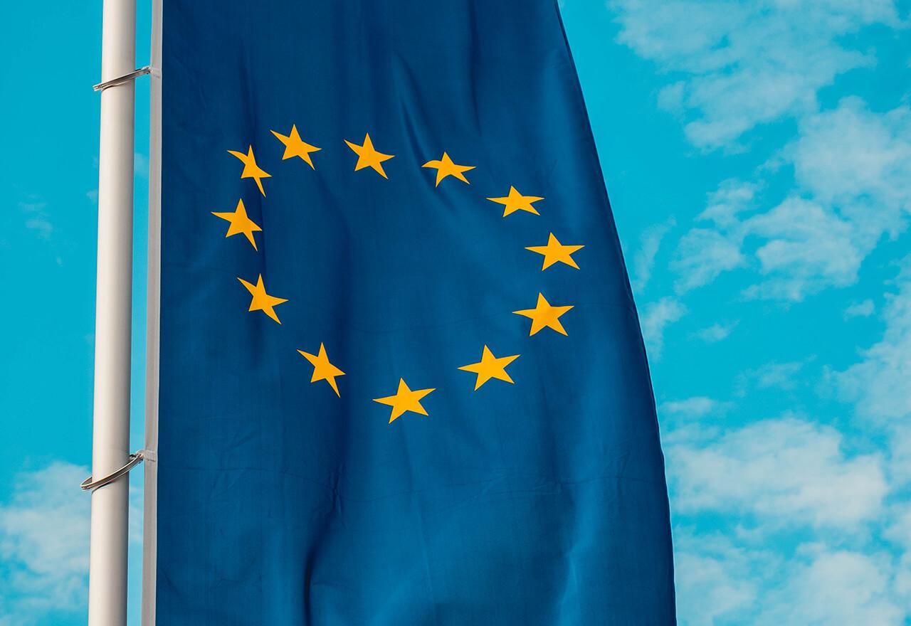 Die europäische Flagge vor blauem Himmel.