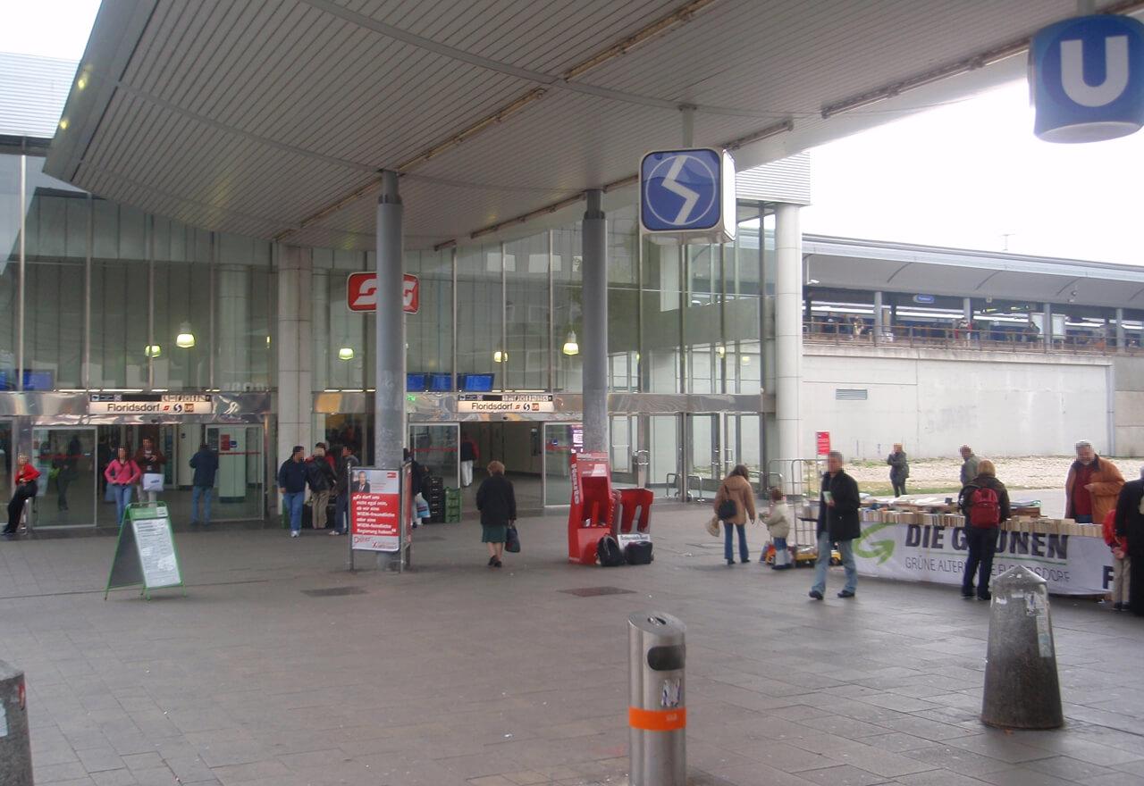 Ein Foto vom Vorplatz des Bahnhofes Floridsdorf