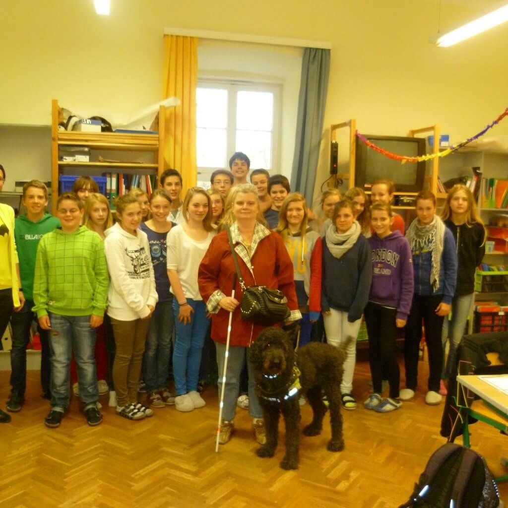 Gruppenfoto mit Sabine und Lea vor der Klasse mit Lehrerin