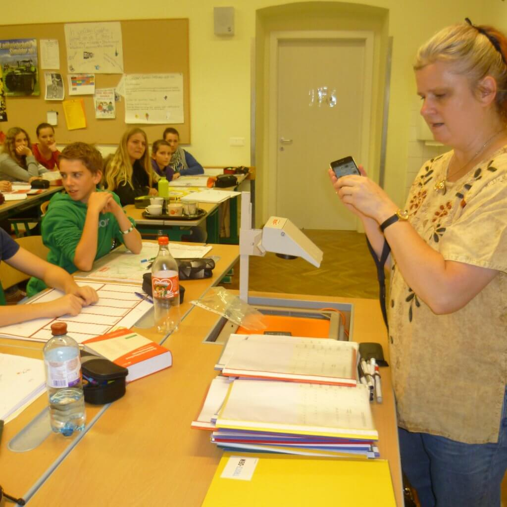Sabine zeigt wie Sprachsteuerung am Smartphone funktioniert
