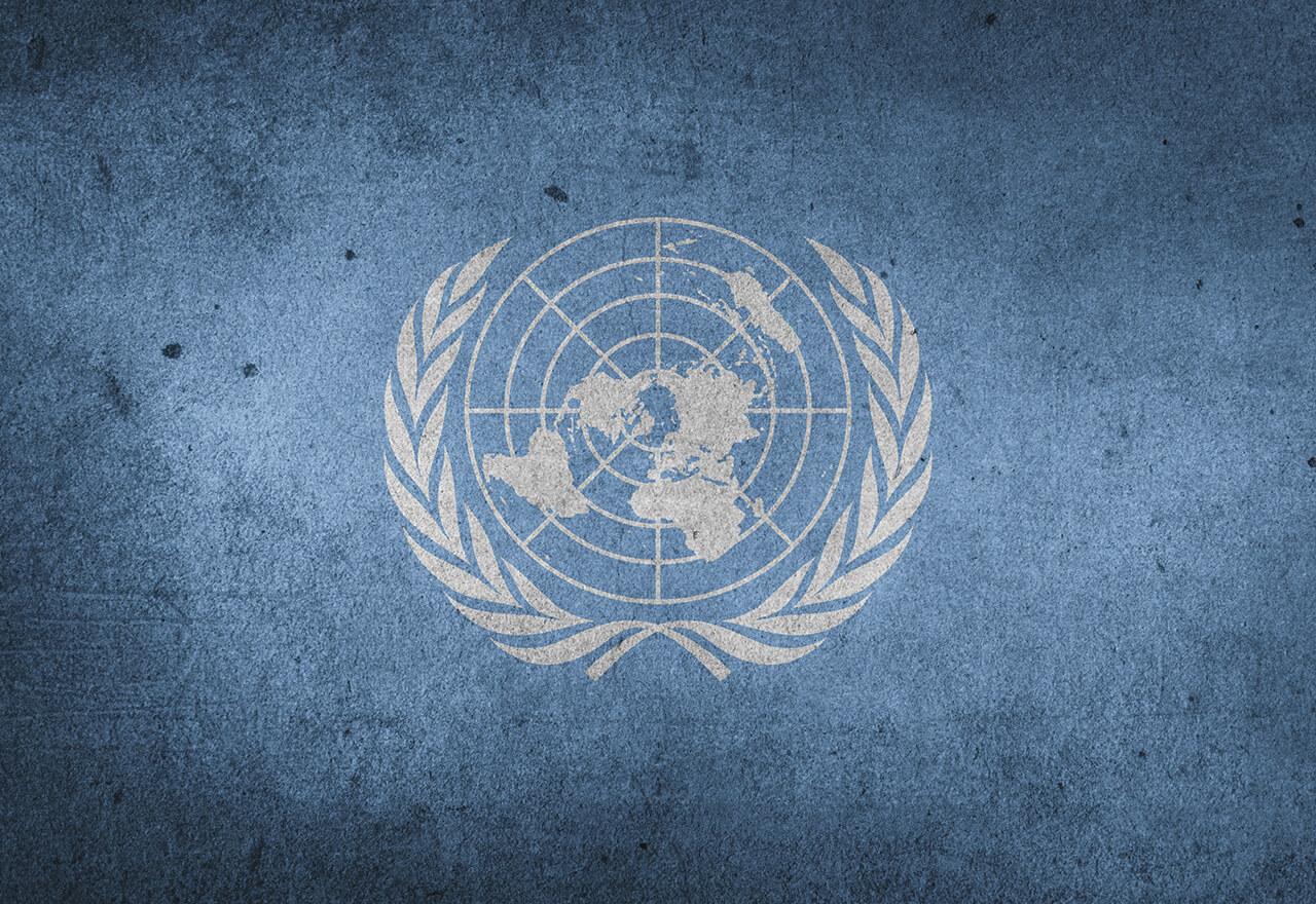 Das Logo der Vereinten Nationen auf blauem Hintergrund