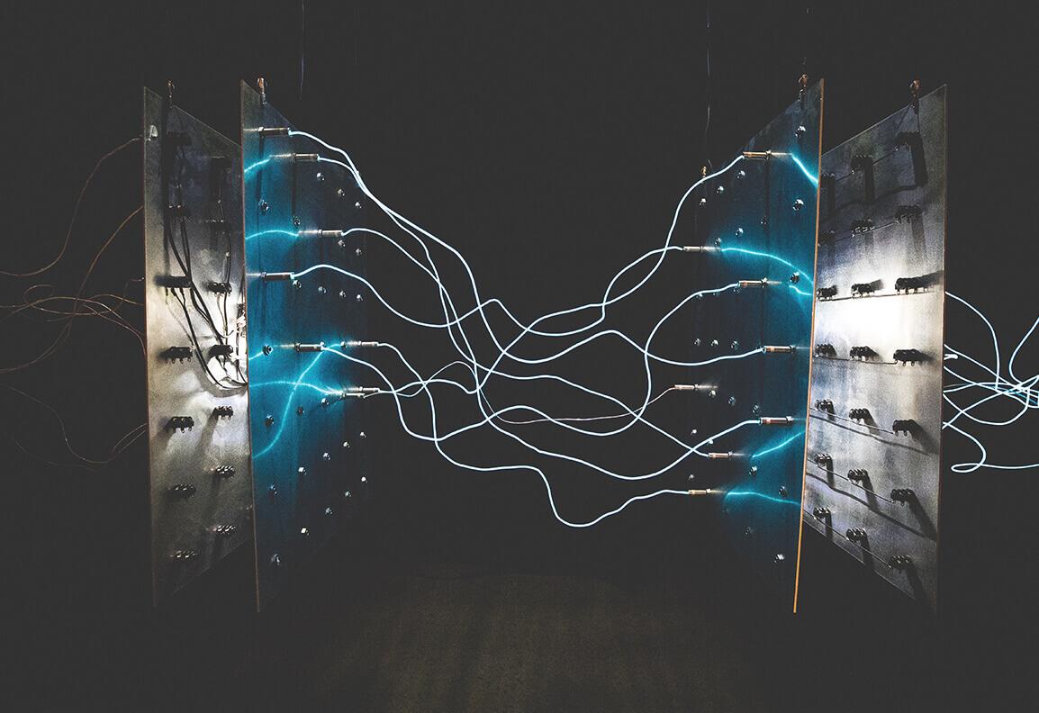 Dekoratives Foto von durch Licht sichtbar gemachten Strom und sieht aus wie Lichtkabel zwischen zwei Metallplatten.