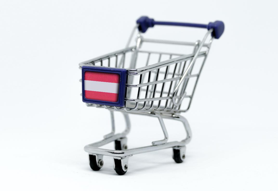 Ein Einkaufswagerl, das eine österreichische Fahne vorne drauf hat.